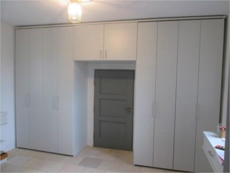 holz schrank mit faltt ren. Black Bedroom Furniture Sets. Home Design Ideas